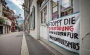 Mit Plakaten und einer Petition wehren sich Anwohner gegen den Abriss des roten Gebäudes hinten links. (Bild: Pius Amrein (Luzern, 13. Juli 2017))