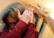 In der Romandie verteilen Eltern häufiger Ohrfeigen als in der Deutschschweiz (gestellte Aufnahme). (Bild: Keystone/Steffen Schmidt)