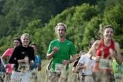 Die Läufer haben noch Kraft zum Lächeln und geniessen die Route des Sempacherseelaufs. (Bild: Pius Amrein / Neue LZ)