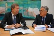 Finanzdirektor Marcel Schwerzmann (l.) und Hansjörg Kaufmann, Leiter Dienststelle Finanzen, an der Medienkonferenz. (Bild: PD)