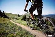 Für manche Wanderer gelten Mountainbiker als Ärgernis. Doch für den Tourismus sind sie auch ein Wirtschaftsfaktor. (Bild: Getty)