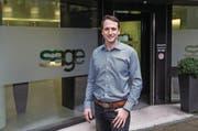 Der neue Chef von Sage Schweiz, Tobias Ackermann, vor dem Haupteingang in Root. (Bild: Manuela Jans-Koch (19. Januar 2018))