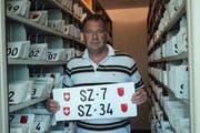 Erich Büeler, Verantwortlicher Kontrollschilder, zeigt die beiden Nummern. (Bild: PD)