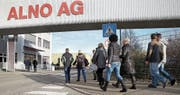 Mitarbeitende des insolventen Küchenherstellers Alno auf dem Weg zur Betriebsversammlung. (Bild: Thomas Warnack/Key (Pfullendorf, 24. 11. 2017))