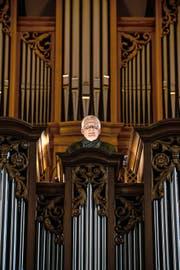 Olivier Eisenmann vor seiner «Hausorgel» in der katholischen Pfarrkirche in Weggis. (Bild Roger Grütter)
