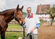 Dominique G. ist Tierarzt, der sich auf Pferdezahnmedizin spezialisiert hat. (Bild: SRF/Marion Nitsch)