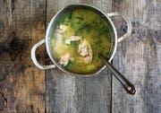 Ob Suppenhuhn oder Rüstabfälle: Im Kochtopf werden sie zur unverzichtbaren Bouillon. Bild: Getty (Bild: Getty)