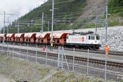 Premiere im neuen Gotthardbasistunnel: Erstmals ist am Freitag ein Güterzug durch den 57 Kilometer langen Tunnel gerollt. (Archivbild) (Bild: KEYSTONE/URS FLUEELER)