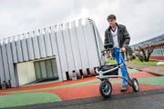 Andreas Rumsch von der Hochschule Luzern – Technik & Architektur in Horw zeigt das neue Modell des elektronisch aufgerüsteten Rollators «iWalkActive». (Bild Roger Grütter)