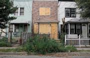 Verlassene Häuserzeile in New York: Die Immobilienkrise in den USA war Auslöser der weltweiten Finanzkrise. (Bild: Andrew Lichtenstein/Getty (21. Oktober 2008))