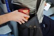 In Luzern kommt es immer wieder zu Taschendiebstählen (gestellte Szene). (Bild: Archiv Neue LZ)