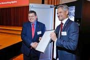 Der Zuger Volkswirtschaftsdirektor Matthias Michel (rechts) übergibt die Siegerurkunde Philipp Hofmann von der V-Zug AG. (Bild: Stefan Kaiser / Neue ZZ)