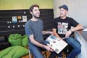 Andreas Kaufmann (links) und Elias Rössle von der Jugendarbeit Ägerital in der Lounge. (Bild: Werner Schelbert / ZZ)