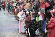 Die Traditionsfiguren der Baarer Fasnacht, die Räbegäuggel (oben links), sorgten für Stimmung am Umzug in Baar. Ebenso wie dieser Vertreter der Fröschenzunft Ebel (oben rechts). Im Umzug dabei alt Räbevater Beat Villiger (Mitte rechts), der Besuch aus der March, die Märchler Rölli (unten rechts) und die Zuschauer (unten links). (Bilder: Roger Zbinden (Baar, 11. Februar 2018))