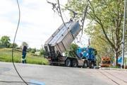 Der Chauffeur riss einen Teil der Stromleitung herunter. (Bild: Leserreporter)