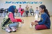 In Luzern proben Schweizer Kinder (hinten) zusammen mit Flüchtlingskindern ein Schultheater. (Archivbild Pius Amrein)