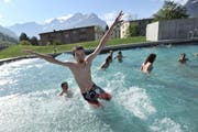 Wasser bringt Abkühlung im neuen Schwimmbad in Altdorf. (Bild: Urs Hanhart/Neue UZ)