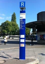 Die neuen Stelen auf dem Bahnhofplatz: Würfel am oberen Stelenende dienen zur besseren Orientierung. (Bild: pd)