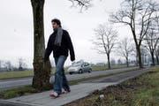 Ein Fussgänger bei der Sinserstrasse. (Bild Werner Schelbert/Neue ZZ)