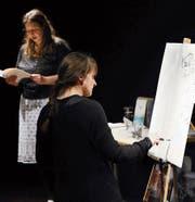 Barbara Piatti liest aus einem Essay, während Yvonne Rogenmoser dazu ein Live-Painting macht. (Bild: Werner Schelbert (Zug, 15. März))