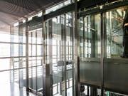 Schindler ist mit seinen Produkten wie Aufzüge und Rolltreppen auf Kurs. Im Bild ein Aufzug im Luzerner KKL. (Symbol). (Bild: KEYSTONE/ALEXANDRA WEY)