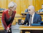 Bundesrat Alain Berset im Gespräch mit Isabelle Moret. (Bild: Peter Klaunzer/Keystone (Bern, 28. September 2016))