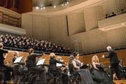 Howard Arman dirigiert im Konzertsaal des KKL das Luzerner Sinfonieorchester, fünf lokale Chöre und Gesangssolisten des Theaters. (Bild: Luzerner Theater/Ingo Höhn)