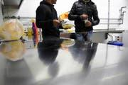 Zwei Asylsuchende in der Küche des Zentrums im Foribach. (Bild: Corinne Glanzmann/Neue OZ)