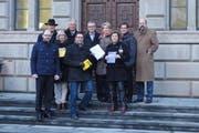 Die FDP.Die Liberalen Zug haben die Petition «Zuger Bildungsoffensive» am Montag dem Regierungsrat überreicht. (Bild: PD)
