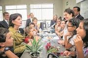 Leuthard diskutiert an einer Schweizer Schule in Peru mit Schülern und Lehrern. (Bild: Remo Nägeeli)
