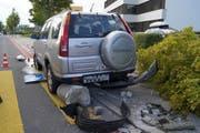 Am Unfallauto entstand beträchtlicher Schaden. (Bild: Zuger Polizei)