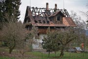 Das Holzhaus in der Schochenmühle ist vom Brand in arge Mitleidenschaft gezogen worden. (Bild: Stefan Kaiser (Zug, 6. März 2018))