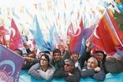 Türken lauschen dem Wahlkampfauftritt von Ministerpräsident Binali Yildirim. (Bild: Evrim Aydin/Getty (Ankara, 16. März 2017))