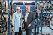 Yvonne Schärli und Anton Schwingruber in der Velowerkstatt, einem Integrationsangebot der Caritas Luzern. (Bild: Nadia Schärli (Littau, 26. April 2017))