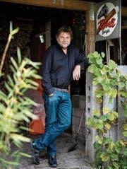 Erwin Koch in seinem Garten: «Ich schreibe Geschichten, die ich selber nicht erleben möchte.» (Bild: Alessandro Della Bella)