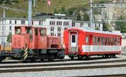 Eine Rangierlok des Typs Tm 2/2 und ein Personenwagen im Bahnhof Andermatt. (Bild: Robert Bachmann)