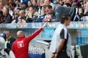 Trainer Markus Babbel bespricht sich von der Tribüne aus mit Assistenztrainer Roland Vrabec. (Bild Philipp Schmidli)
