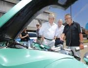 Andy Hotz, Franz Marty und Paul Langenegger (von links) diskutieren über den alten 2CV. (Bild: Stefan Kaiser (Baar, 17. Juni 2017))
