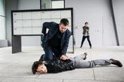Kommissar Reto Flückiger (Stefan Gubser) verhafetet einen Verdächtigen.
