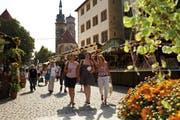 Ein Bummel durch Stuttgarts Altstadt macht zu jeder Jahreszeit Freude. Im Hintergrund die Stiftskirche aus dem 15. Jahrhundert.