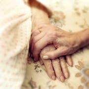Wenn ältere Menschen nicht mehr selbstständig für sich sorgen können, setzt die Kindes- und Erwachsenenschutzbehörde (Kesb) Beistände ein. (Symbolbild Getty)