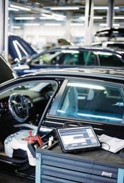 Die Stiftung für Konsumentenschutz rät davon ab: Software-Update bei Fahrzeugen des VW-Konzerns nach dem Abgasskandal. (Symbolbild: Stefan Kaiser)