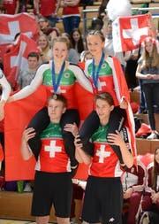 Leana Hotz und Flavia Schürmann feiern an der Heim-EM in Baar den Gewinn der Silber-Medaille. (Bild: PD)