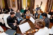 Halb spassige Jam-Session, halb gesellige Probe: Top-Musiker um Klarinettist Andreas Ottensamer (links) mitten im Publikum. (Bild Dominik Wunderli)