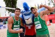 Arthur Diego Mariano Lanci (links) und George Souto Maior Wanderley aus Brasilien sind U21-Beachvolleyball-Weltmeister. (Bild: FIVB)