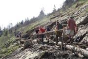 Die Helfer bei der Instandstellung eines Bergwanderwegs. (Bild: Andy Lancini Pro Pilatus)