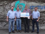 Alex Christen (2. von rechts) darf für die Stiftung Behindertenbetriebe (SBU) einen Check entgegen nehmen. (Bild: PD)