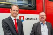 Der Direktor der Zentralbahn Renato Fasciati (links) und Gemeindepräsident von Stansstad Beat Plüss bei der Taufe des Zuges auf den Namen «Stansstad».