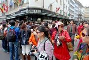 Auch für den Tourismus wird ein starkes Wachstum prognostiziert. Im Bild Touristen aus Fernost beim Schwanenplatz. (Bild: Philipp Schmidli / Neue LZ)