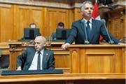 Die Bundesräte Ueli Maurer (links) und Didier Burkhalter, hier während einer Nationalratsdebatte im Juni 2013, haben das Heu aussenpolitisch nicht auf der gleichen Bühne. (Bild: Keystone/Gian Ehrenzeller)